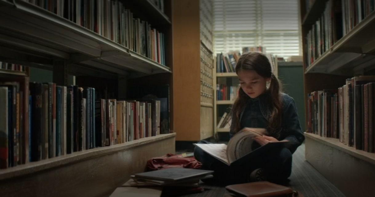 Hilde Lesko robiąca research (klatka z serialu Home Before Dark)
